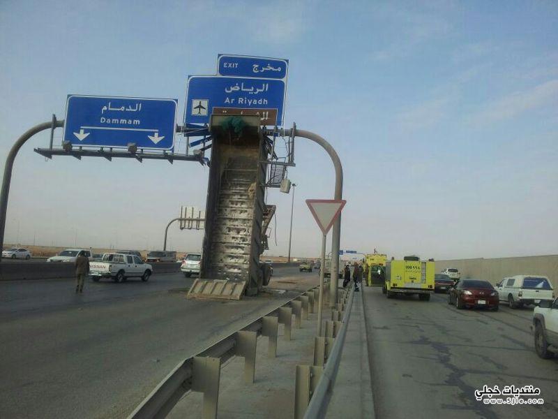 قلاب شاحنة يتشبث بلوحة الطرق