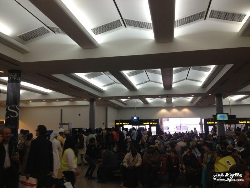 تكدس وافتراش مئات السعوديين مطار