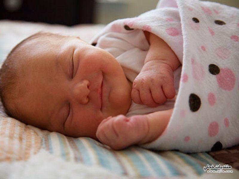 اسباب ابتسامة الطفل اثناء نومة