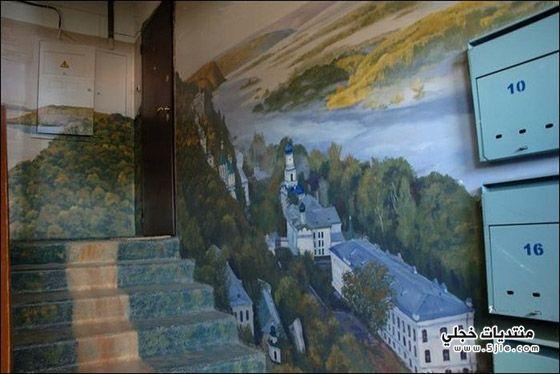 فنان يحول مدخل منزله معرض