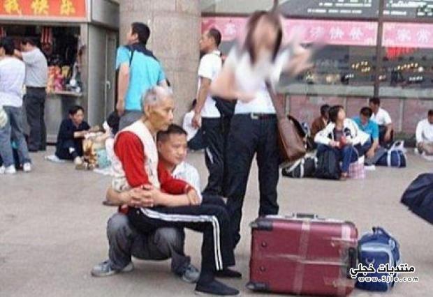 ياباني يجعل نفسه كرسيا ليرتاح