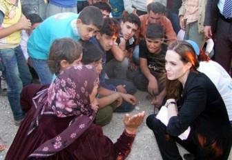 انجلينا جولي تزور اللاجئين السوريين