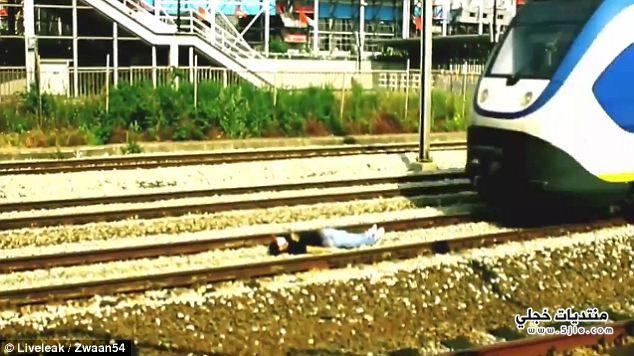 هولندي يعشق النوم عجلات القطار