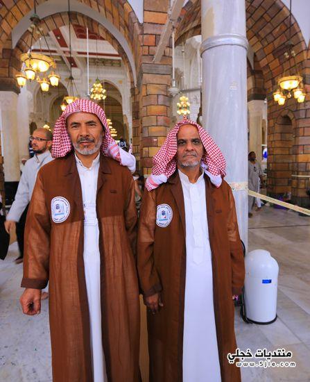 اللون للمطوفين بالمسجد الحرام ملابس