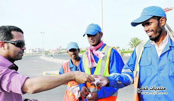 متطوعون يهدون بطاقات لعمال النظافة