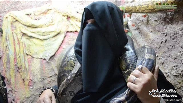سعودية تصطاد الثعابين وتربيها لتوفير