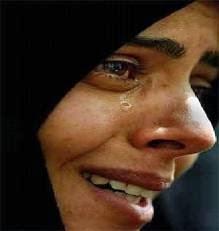 امراة تبكي زوجها واخوها وابنها