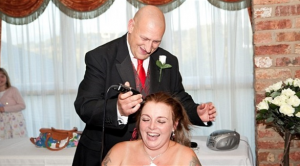 يحلق عروسه زفافهما