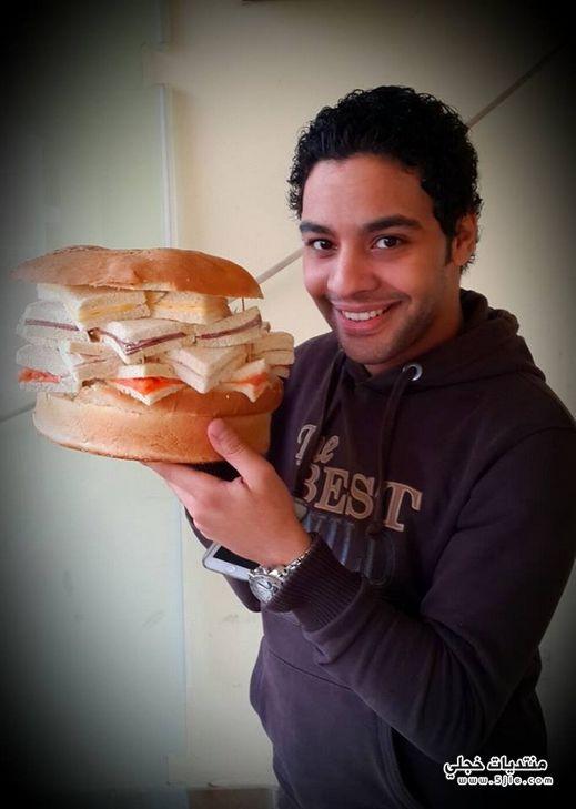 احمد جمال يلتهم ساندويش