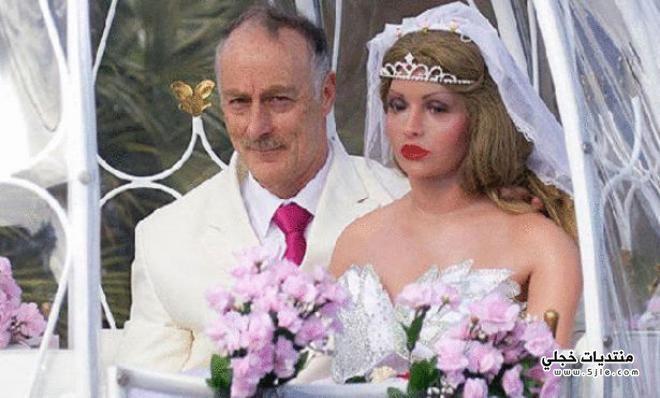 يتزوج دميه بلاستيكيه